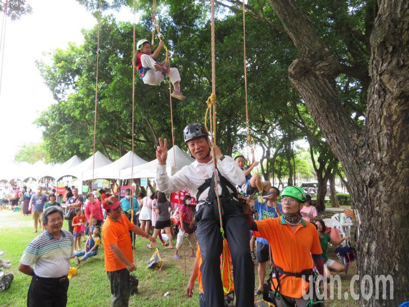 嘉義縣長翁章梁穿戴頭盔綁繩結,與小朋友們PK攀樹,趣味熱鬧。記者魯永明/攝影