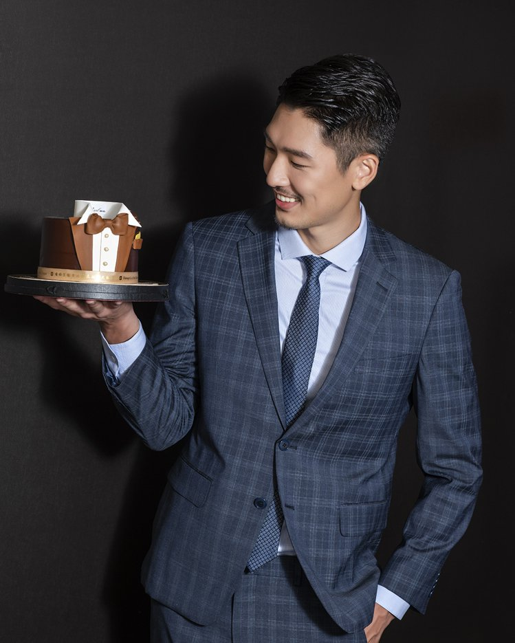 香格里拉台北遠東國際大飯店活動大使姜康哲,身著嘉裕西福服裝,手捧父親節聯名蛋糕。...