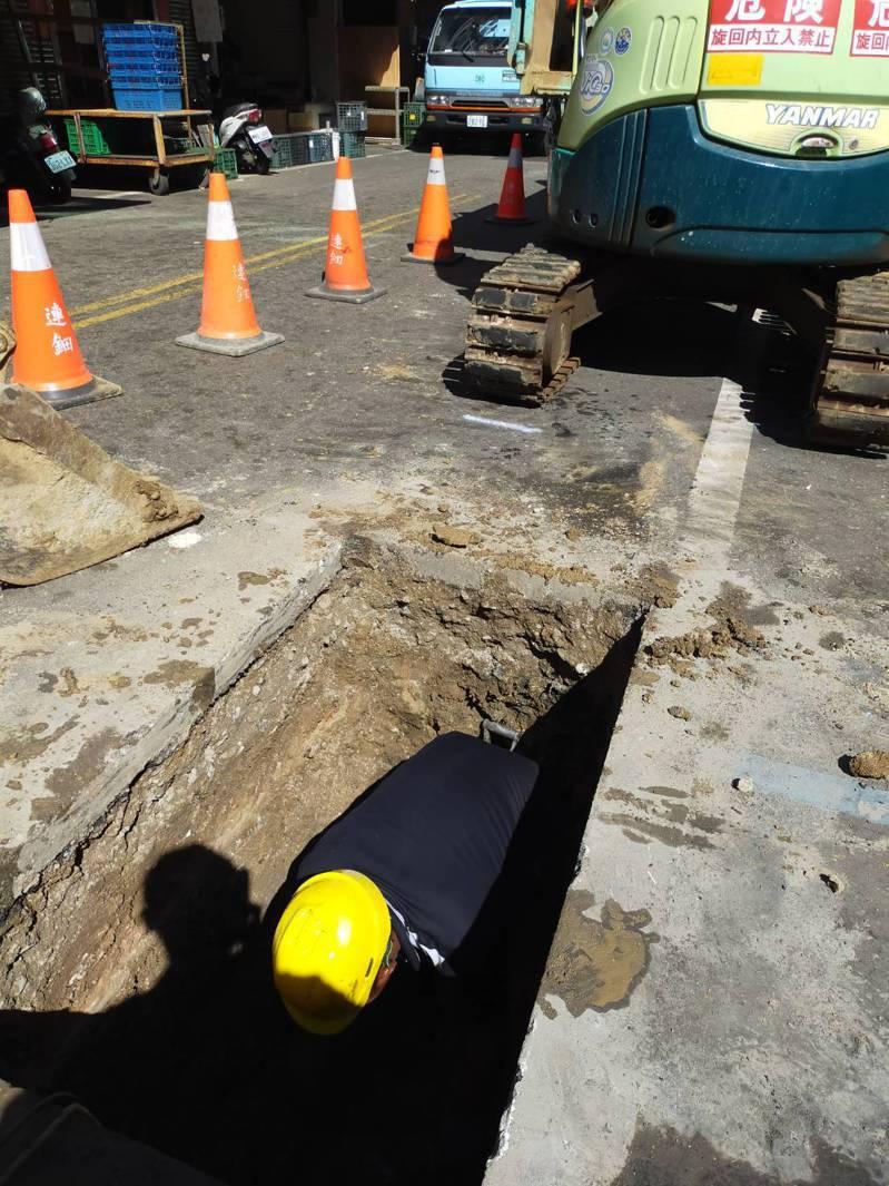 澎湖馬公市的北辰市場一帶傳缺水,自來水公司人員已將受損的供水管線修復好。圖/台水公司提供