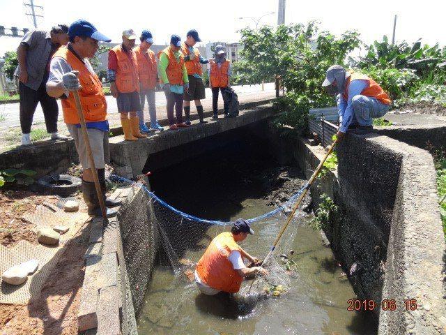 新竹市康樂里水環境巡守隊在烏瓦窯圳設垃圾欄截設施,方便清理垃圾。圖/市府提供