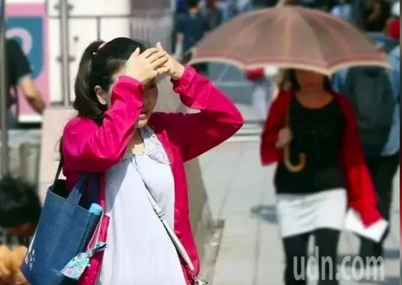 台灣熱成烤蕃薯,台北昨下午兩點左右氣溫更創下百年最高溫紀錄,熱傷害就診人數更屢創新高,今年5、6、7月至目前,熱傷害至急診就診人次已高達1608人次,創下十年新高。本報資料照片