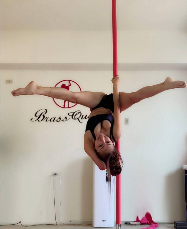 妞妞瘦身成功上圍靠練鋼管舞。圖/酷思玩創意工作室提供