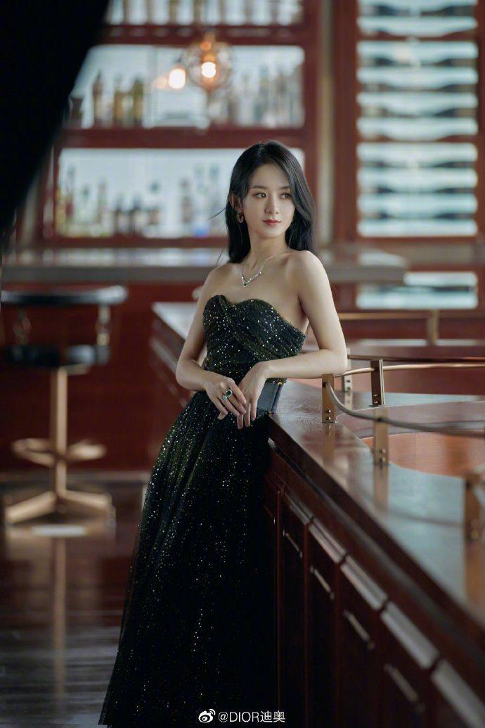 趙麗穎以薄紗長裙展現嫵媚女人味,表現亮眼。圖/取自微博