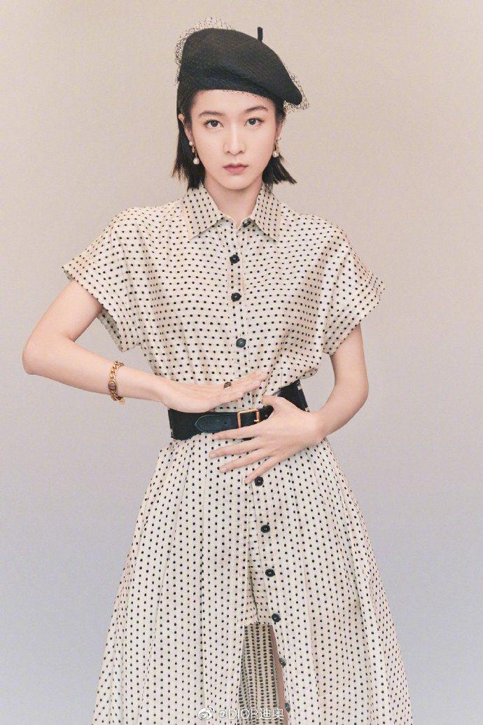 張雪迎纖瘦詮釋2020早秋系列裙裝。圖/取自微博