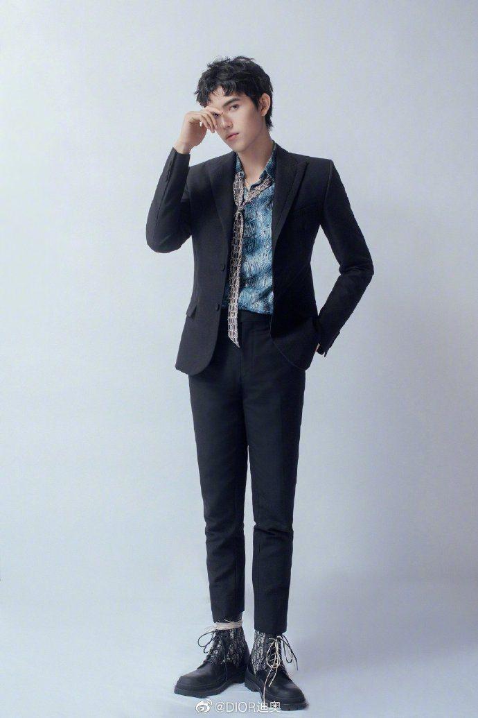 陳飛宇穿著的Oblique印花踝靴甚為搶鏡。圖/取自微博