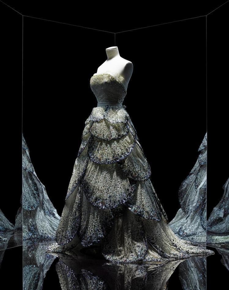 Christian Dior在1949秋冬系列發表的級訂製服,為刺繡亮片襯布長晚...