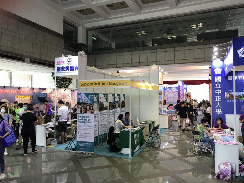 2020大學博覽會在中國時報大樓登場,香港城市大學提供四年288萬元獎學金吸引台生。記者潘乃欣/攝影