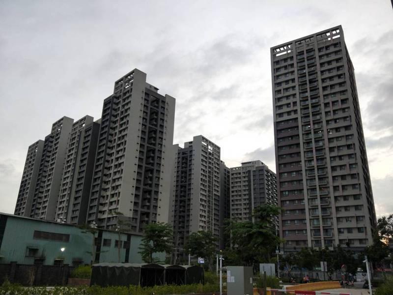合宜住宅位在板橋浮洲地區,住戶表示如要建設泰板輕軌,希望站點能近一點。記者江婉儀/攝影