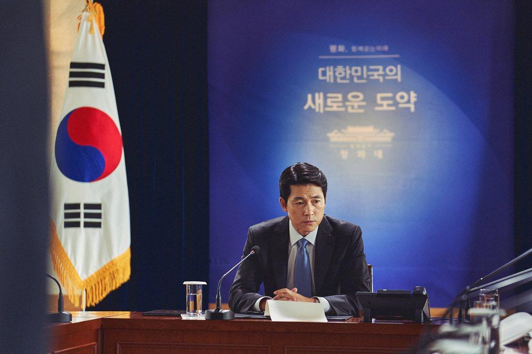 鄭雨盛在「鋼鐵雨:深潛行動」演出南韓總統。圖/甲上提供