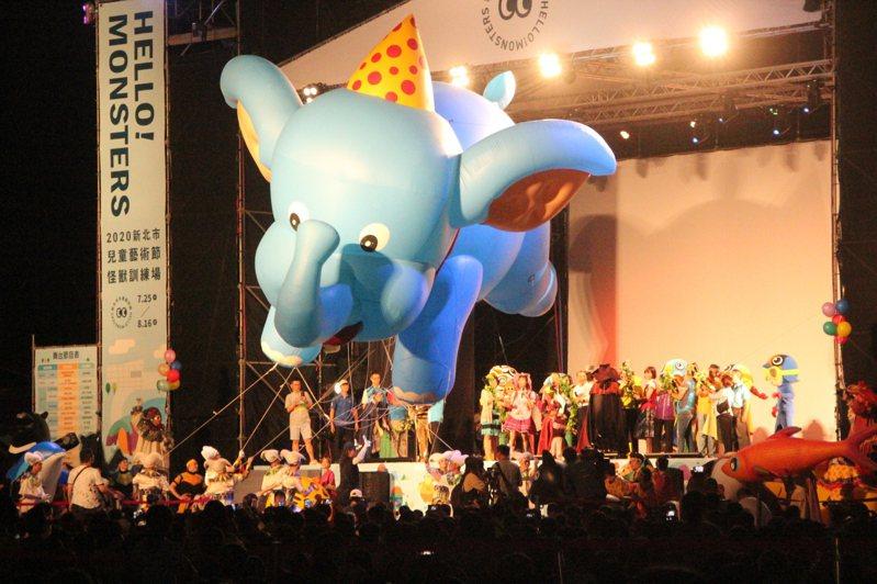 新北市兒童藝術節今天開幕秀,請到剛歷火重生的紙風車劇團演出,他們帶來高9公尺的巨型小飛象氣球。記者魏翊庭/攝影