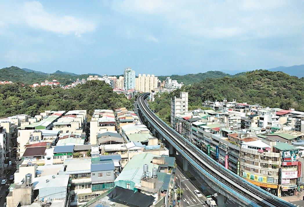 台北市內湖區中古公寓價格在4字頭,讓不少在附近工作的民眾就近購屋。圖為捷運內湖站...