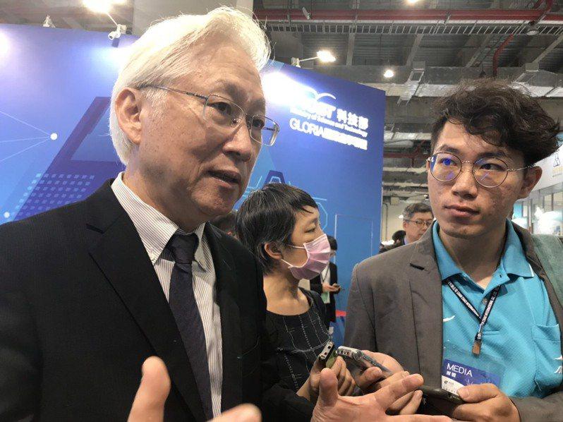 吳政忠(左)出席亞洲生技展,會後表示科技部未來10年要推動精準健康。記者潘乃欣/攝影