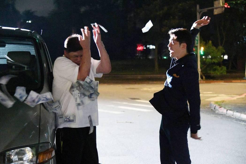 黃少祺(右)對著導演馮凱砸鈔票。圖/三立提供
