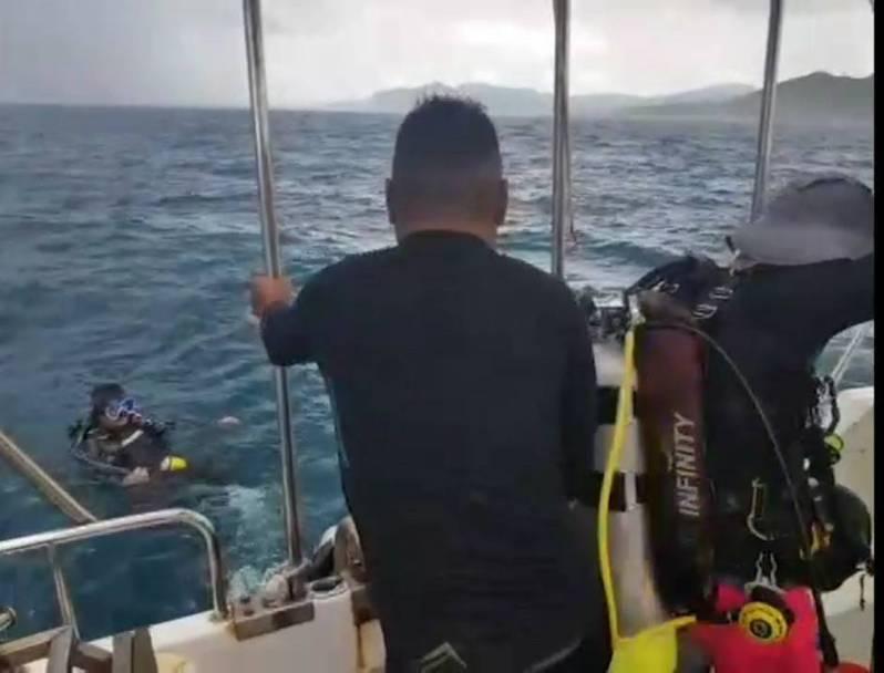 新北貢寮龍洞昨天大雷雨,海巡人員緊急載送潛水客上岸。記者游明煌/翻攝