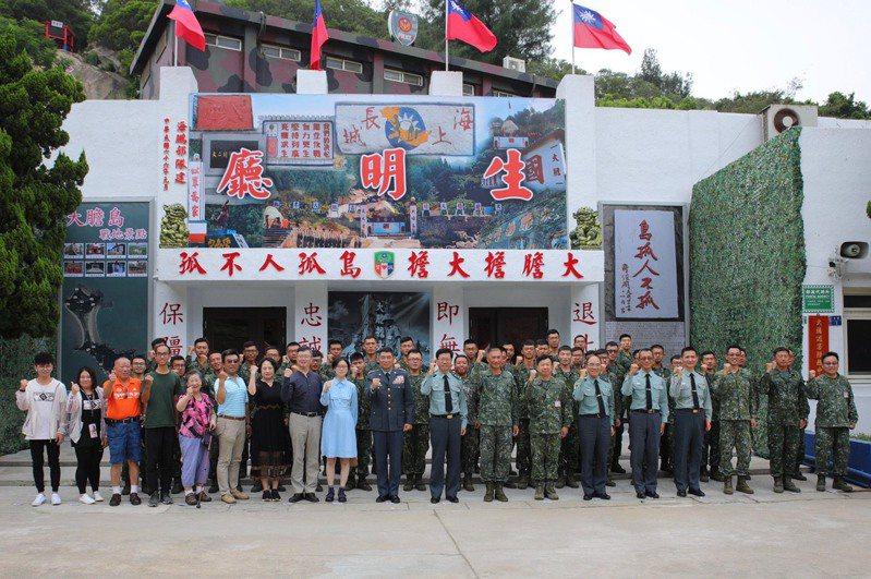 陸軍司令陳寶餘上將於大膽島主持完紀念典禮後,與戰役遺眷合影。圖/金防部提供