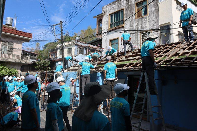 無聲的行善 衡山行善團7年來替無數弱勢家庭修繕房屋,讓他們有安穩的遮風避雨住所。圖/衡山基金會提供