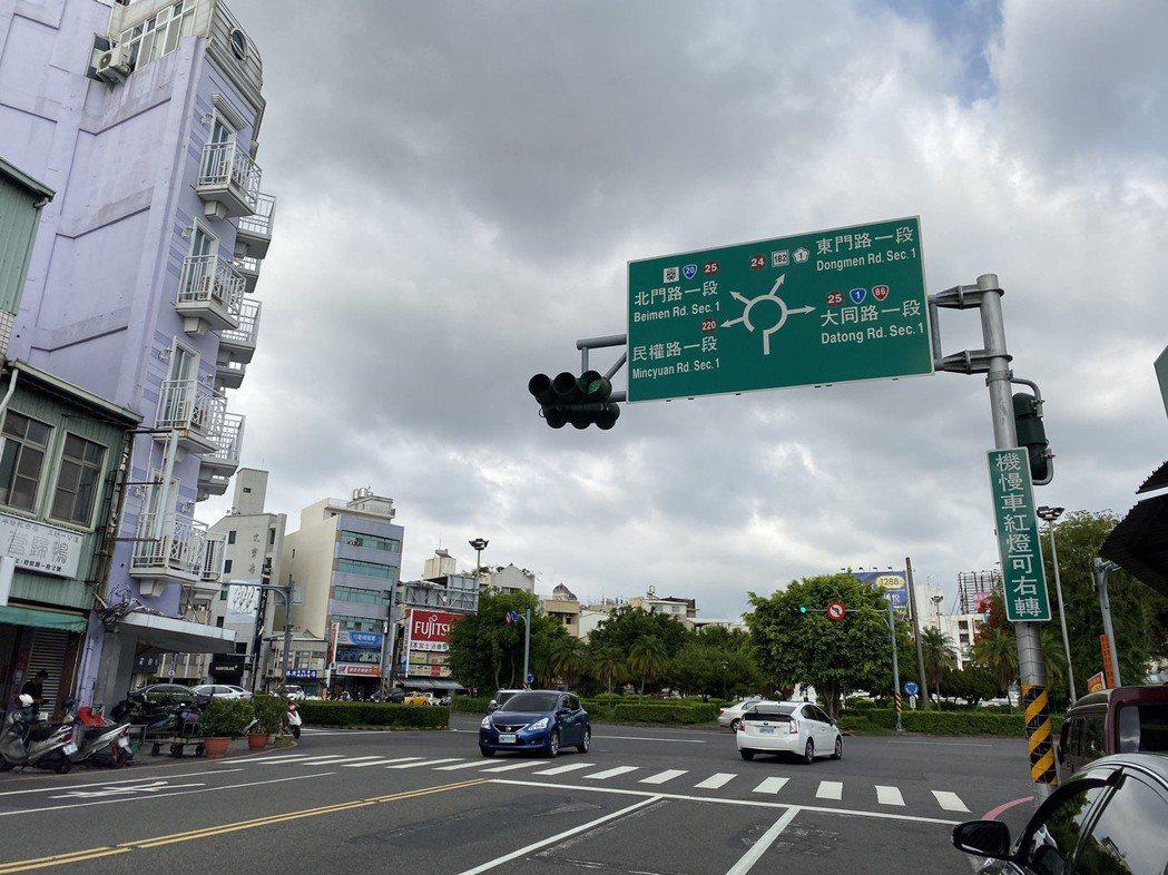 台南市區圓環多,讓許多外縣市民眾開車到台南都怕怕的。記者鄭維真/攝影