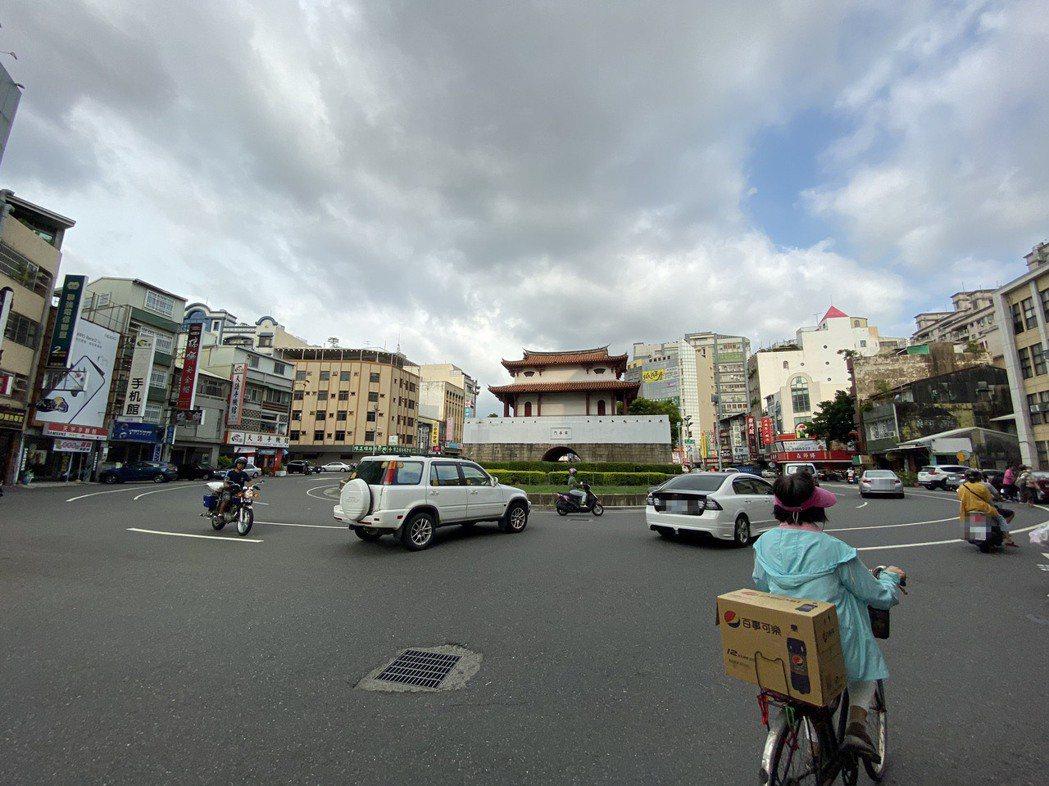 台南市區圓環多,車輛進入圓環時,須先等圓環內車輛通過再轉進去。記者鄭維真/攝影