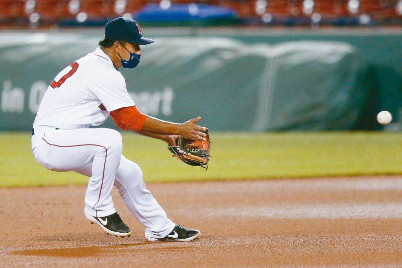 大聯盟賽程昨天全面開打,紅襪隊台將林子偉戴著口罩上場成為另類焦點。 美聯社