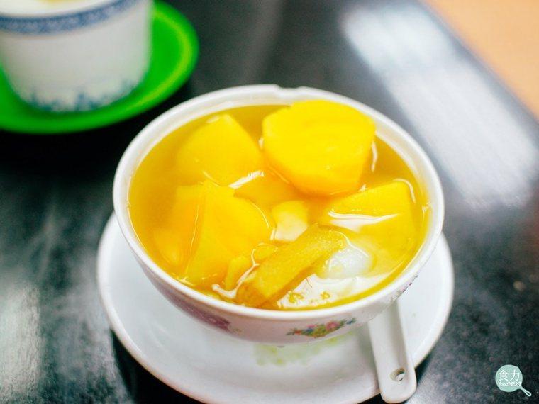 番薯糖水是最常見的港式糖水之一,不僅是港式糖水店的基本甜品,一般的香港家庭也會自...