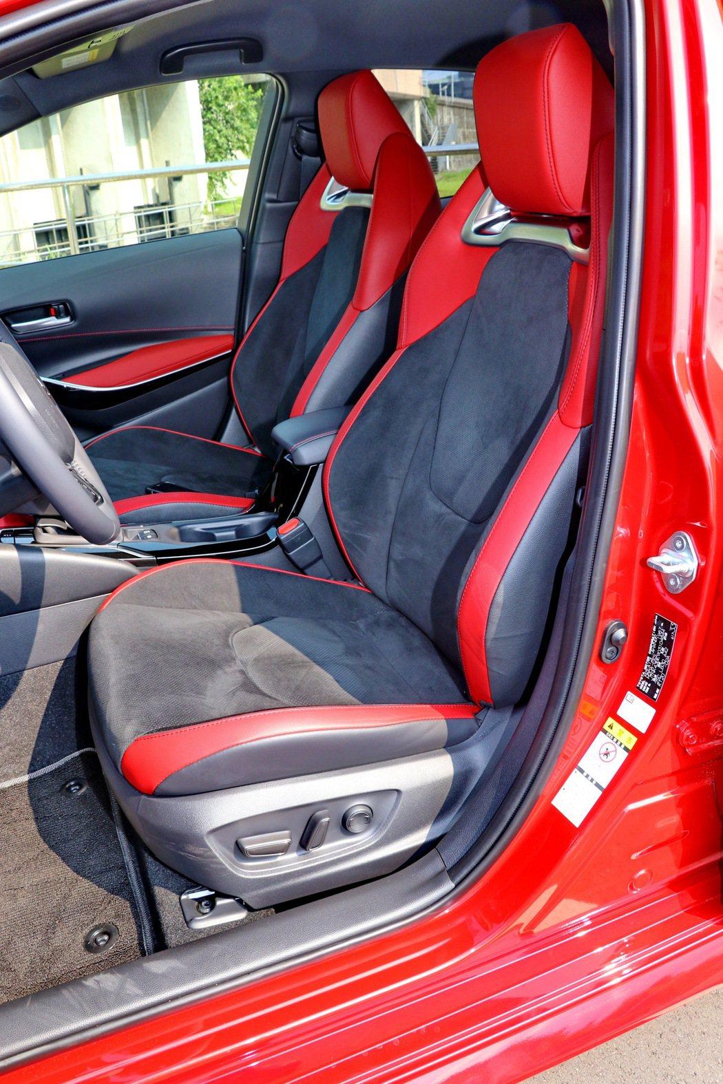 跑車級高包覆性Ultrasuede®麂皮座椅,升級八向電動調整。 記者陳威任/攝...