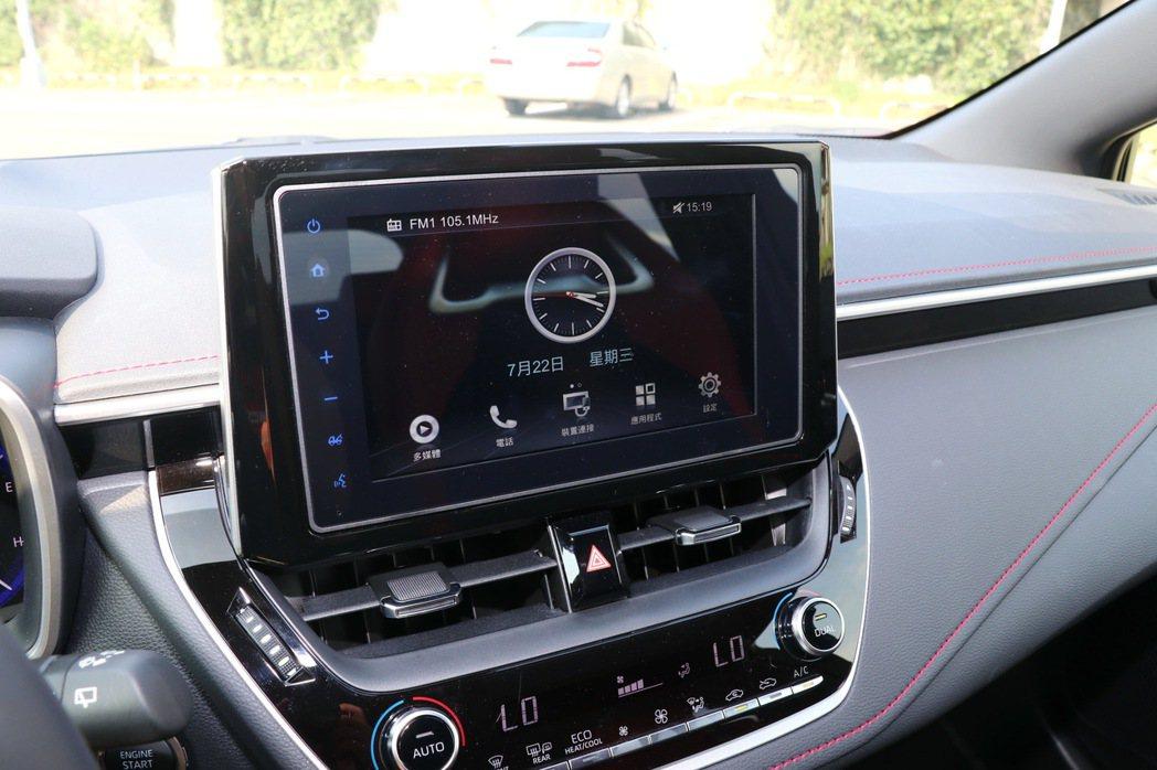 全新Drive+Connect 8吋Wifi中控螢幕。 記者陳威任/攝影