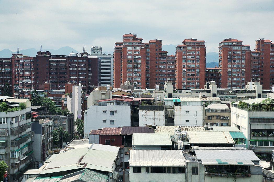一名網友在PO文提到,前幾個月朋友在台北市買了一戶舊公寓,花了一大筆錢,但原PO...