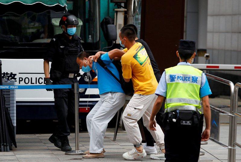 在中國政府宣布通知美國關閉其駐成都總領事館,作為反制美方措施後,中國網路、民間出現一片喝采聲浪,甚至有中國民眾在美駐成都領館附近舉牌、放鞭炮等。  路透社