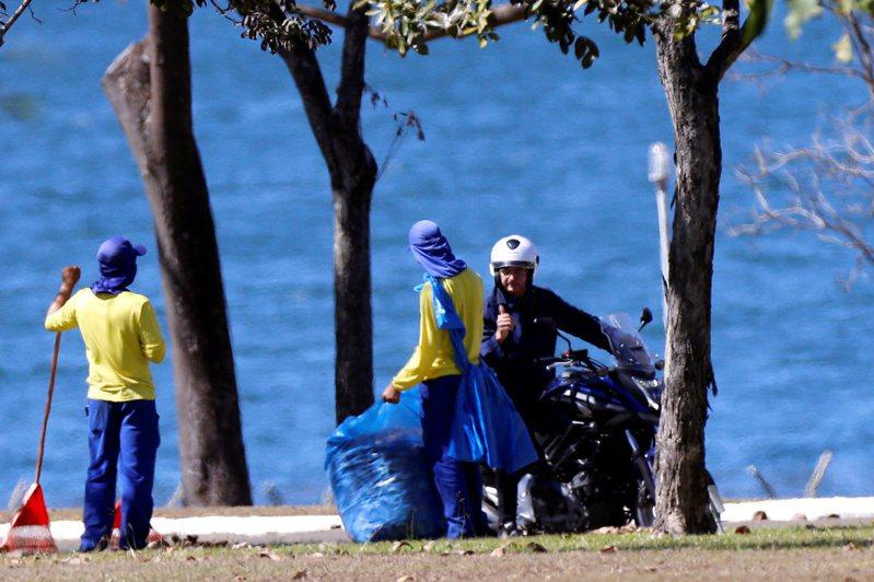 巴西總統波索納洛25日宣布,在7月7日確診新冠肺炎逾2周之後,第4次病毒檢測結果已轉為陰性。 路透社