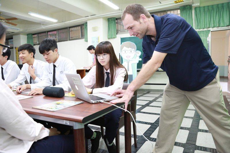 教育部推動「引進外籍英文教師計畫」,獲補助的公立高級中等學校可依據需求,聘用外籍教師每週教20至22節的全英語課程,目前教育部每年約聘80多名到各校支援,未來會持續擴充到約300名。 圖/教育部提供
