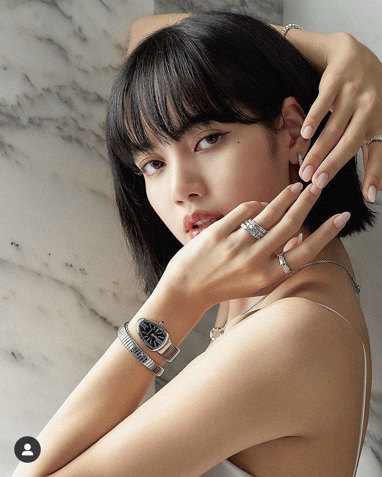 BLACKPINK Lisa於IG發布配戴寶格麗Serpenti系列珠寶與腕表的...