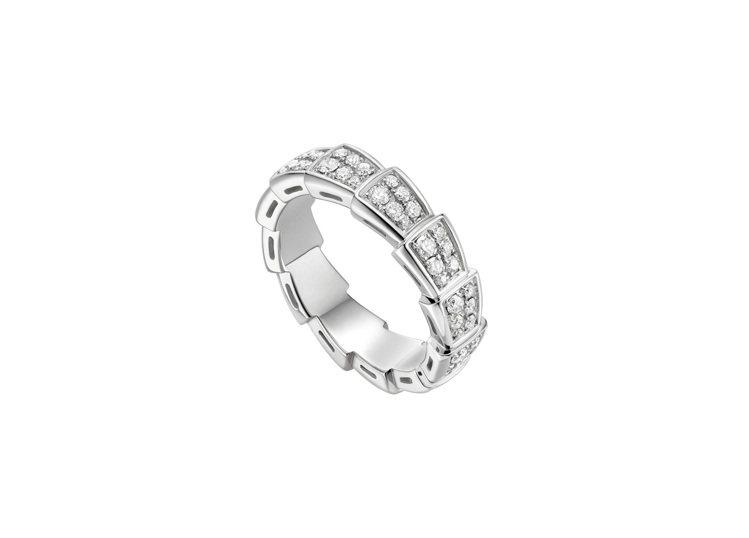 BVLGARI SERPENTI VIPER白K金全鑽戒指,23萬7,900元。...