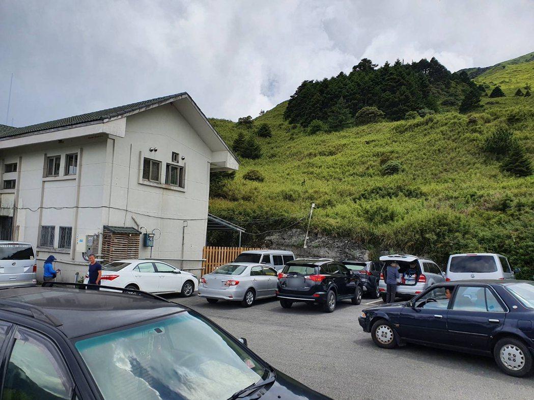 今天滑雪山莊旁仍有3輛車違停,導致被擋住的車主無法開車離開。圖/警方提供