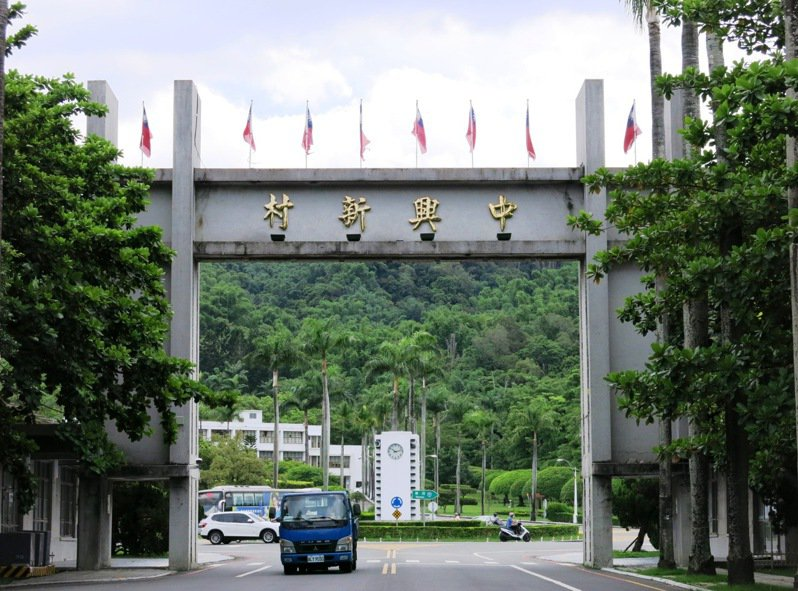 台灣省政府63年前搬遷入中興新村,氣派的牌樓及椰林大道如今仍矗立在原地。記者黑中亮/攝影