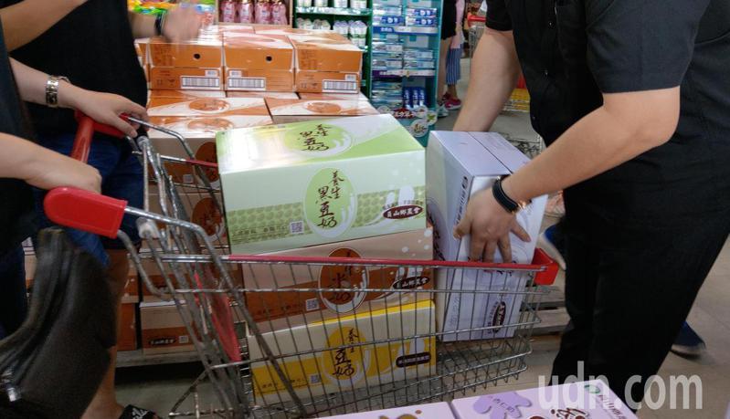 宜蘭縣農會受惠農遊券業績翻倍爆大量,很多人都來買整箱的「養生豆奶」。記者戴永華/攝影
