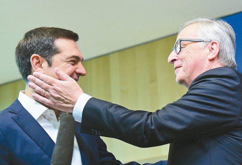 本月廿二日歐洲領袖就希臘債務召開緊急峰會,會前歐盟執委會主席容克(右)輕拍了一下希臘總理齊普拉斯臉頰歡迎他。法新社