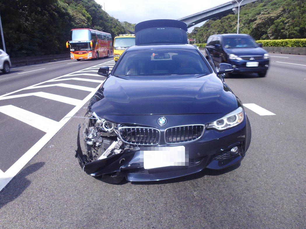 BMW危險駕駛橫跨3線車道釀成車禍,不僅自己的車頭毀損,還要賠償對方、接受重罰。...