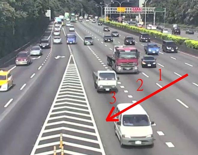 黑色BMW轎車從中內車道,橫跨3線車道到外側輔助車道。記者林昭彰/翻攝