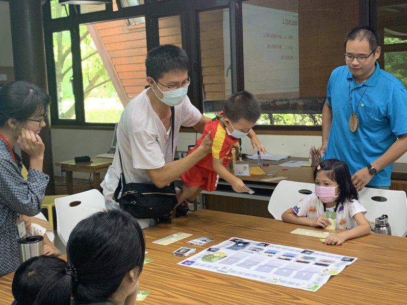 林務局嘉義林管處觸口自然教育中心將全球暖化的議題融入遊戲,讓學員了解地球現今面臨的困境。圖/嘉義林管處提供