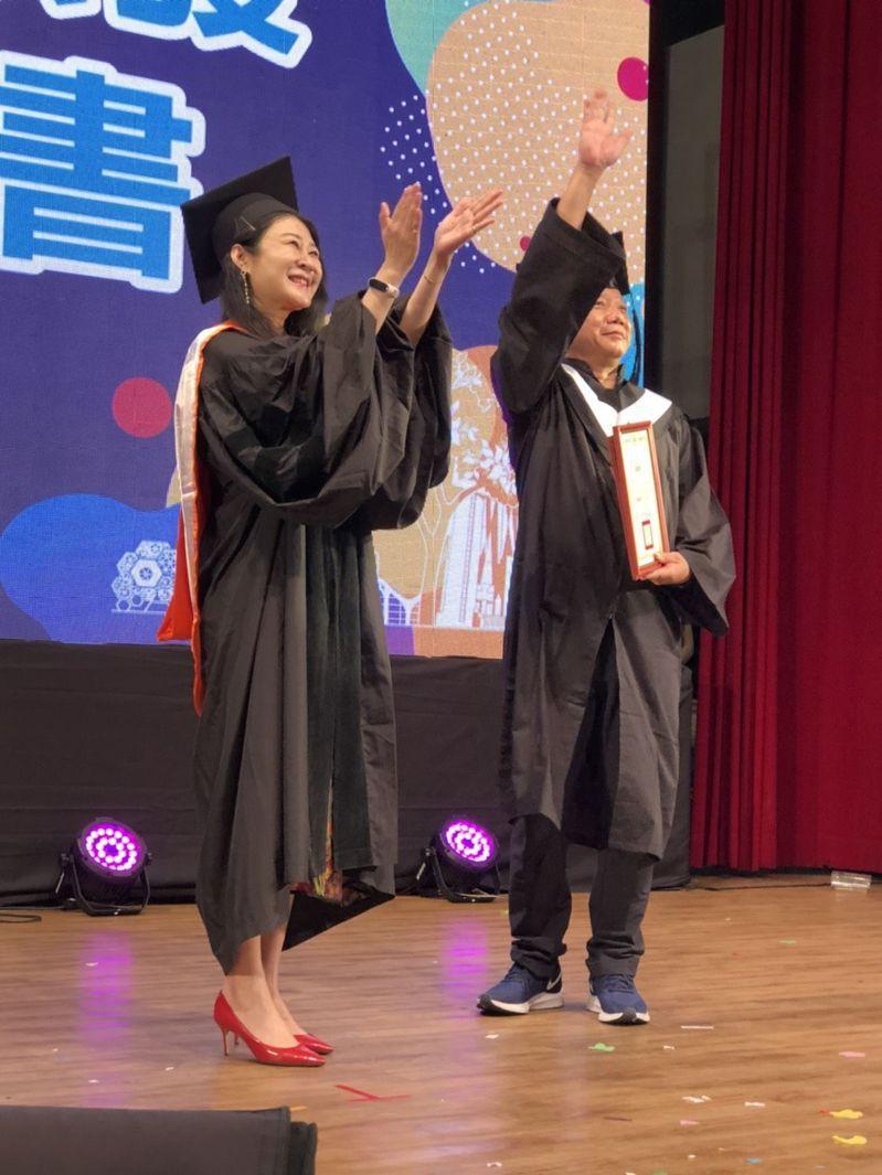 高雄市立空中大學今天辦畢業典禮,校長劉嘉茹(左)為畢業生代表撥穗等,場面溫馨。記者王慧瑛/攝影