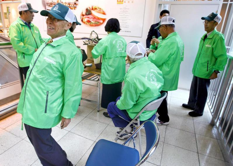 日本知名家電量販店「野島」日前宣布,正式將員工的退休年齡從六十五歲推遲至八十歲。圖為日本長者工作示意圖。(歐新社)