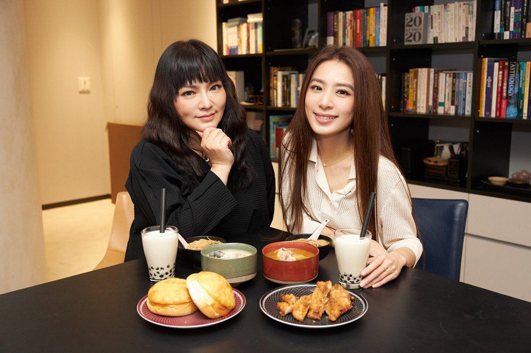 星座專家唐綺陽(左)與Hebe在直播節目中對話逗趣。圖/何樂音樂提供