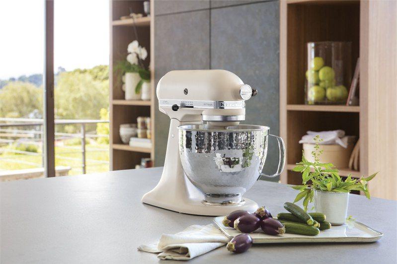 KitchenAid最經典熱銷的5QT桌上型攪拌機於展場首賣熱情紅、奶昔白、尊爵黑和絲絨藍4款新色,首度祭出7.5折優惠,展場限定買再送專屬料理配件。圖/特力集團提供
