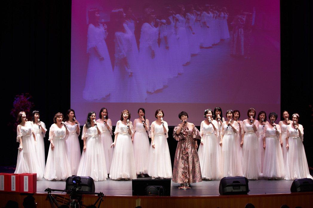 周思潔開唱,邀來18人組貴婦團陪唱。圖/萊格悠提供