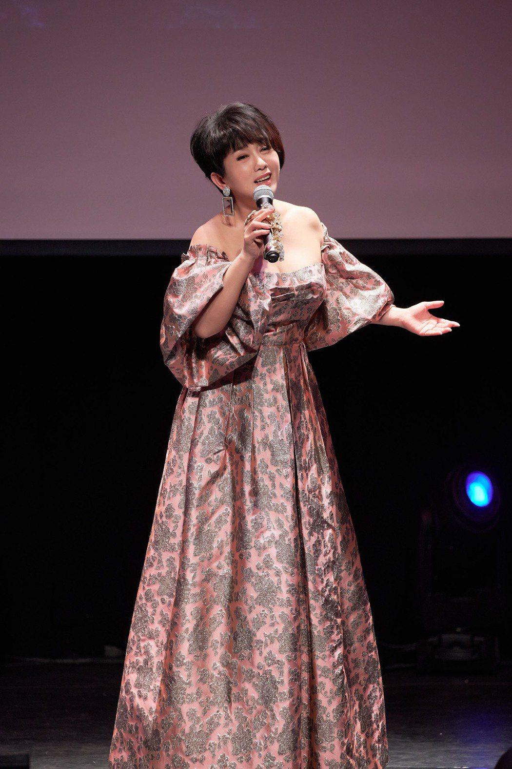 周思潔(Jessie)現身中正紀念堂演藝廳舉辦「愛在心手相連」慈善音樂會。圖/萊