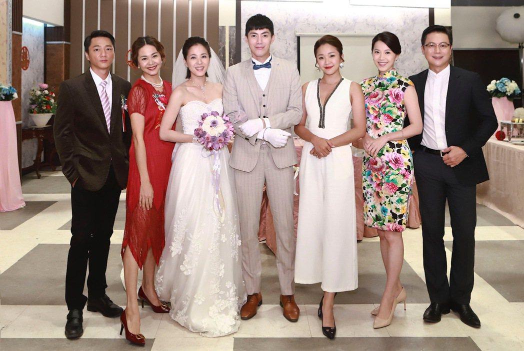 藍葦華(左起)、張嘉心、蘇晏霈、王凱、賴慧如、廖苡喬、王燦在「多情城市」中演出婚...