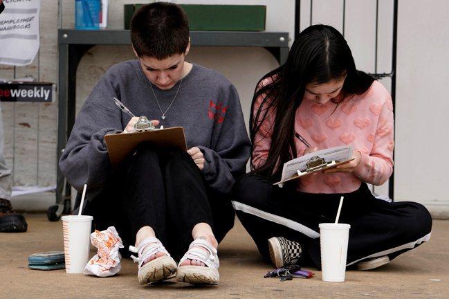 新冠病毒大流行加劇世代不平等,澳洲、美、英等國年輕族群失業率依然飆升,且因先前多...