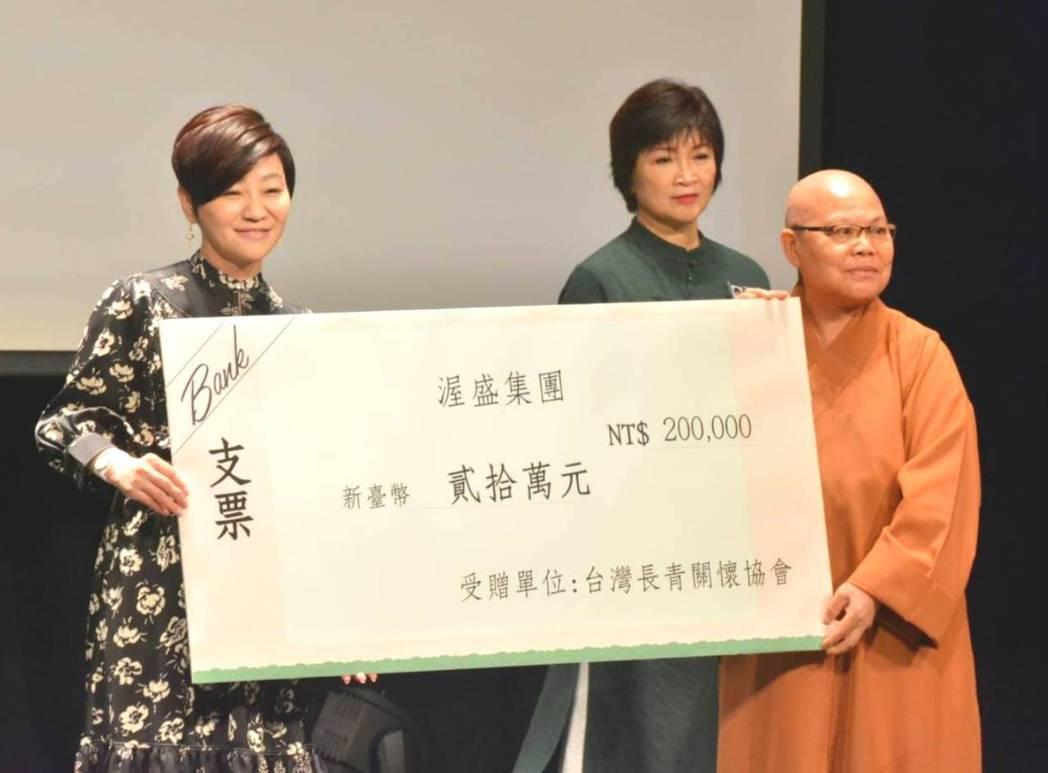 渥盛集團董事總經理盧均瑜(左)贊助活動與弱勢團體,宗忍法師(右)表達感謝之意。圖...