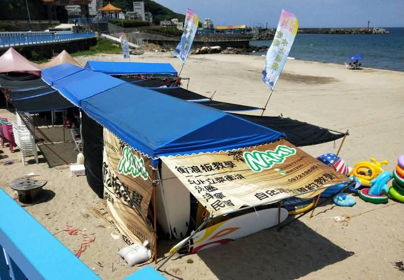 新北市萬里區位在翡翠灣和龜吼漁港間有一處沙灘,屬於未登錄國產署土地,有業者營業,多項水上設施可玩水。記者游明煌/攝影