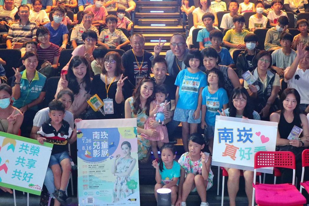 楊千霈(中)和全家人總動員出席南崁影展大使。圖/南崁文化協會提供